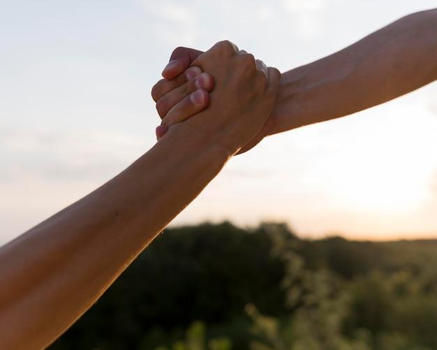 Menschen, die sich an der hand halten