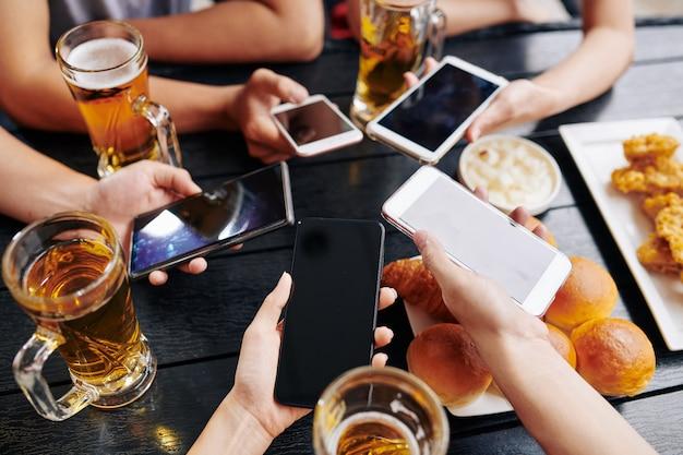 Menschen, die sich mit ihren telefonen verbinden