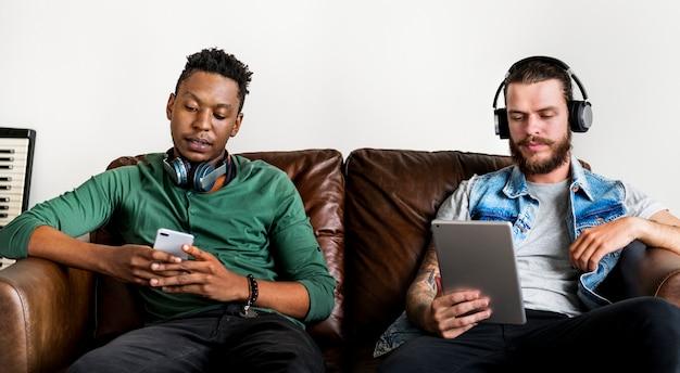 Menschen, die zusammen musik genießen