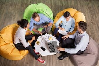 Menschen diskutieren Ideen und Sitzen am Tisch eines Cafes