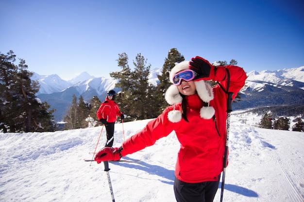 Menschen fahren alpenberge mit weißem schnee und blauem himmel.