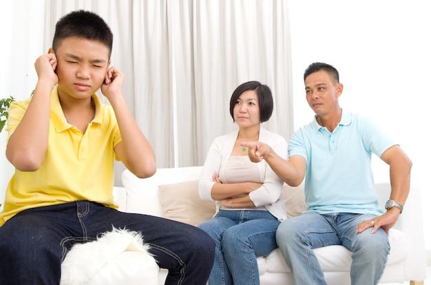 Menschen, fehlverhalten, familien- und beziehungskonzept - verärgert oder sich schuldig fühlender junge