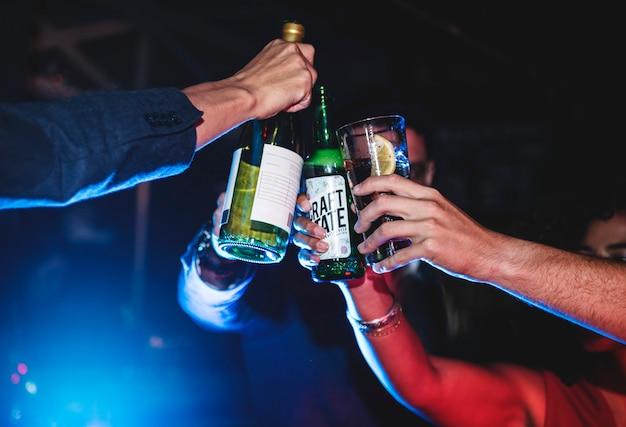 Menschen feiern auf einer party