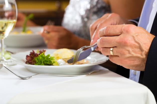 Menschen feines essen im eleganten restaurant