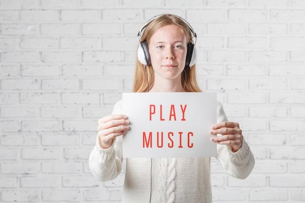Menschen-, freizeit- und technologiekonzept - glückliche frau oder junges mädchen in den kopfhörern, die musik hören