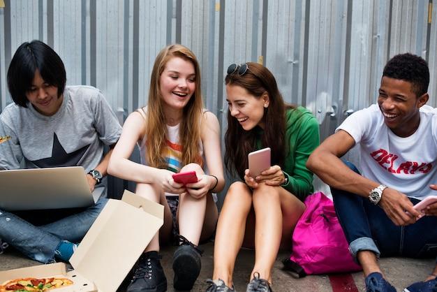 Menschen freundschaft zusammensein aktivität jugendkultur