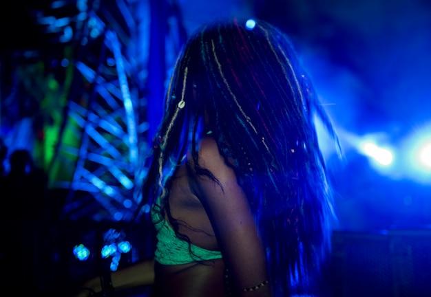 Menschen genießen live-musik-konzert-festival