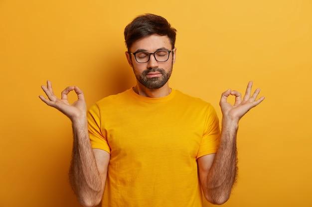 Menschen, gesunder lebensstil und yoga-konzept mit entspanntem bärtigem mann