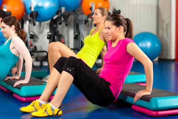 Menschen im fitnessstudio auf trittbrett