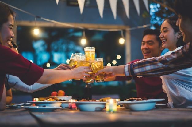 Menschen in asien feiern das festival