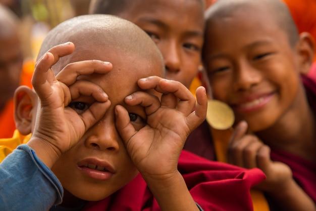 Menschen in bodhgaya und bodh gaya ist eine religiöse stätte des buddhismus