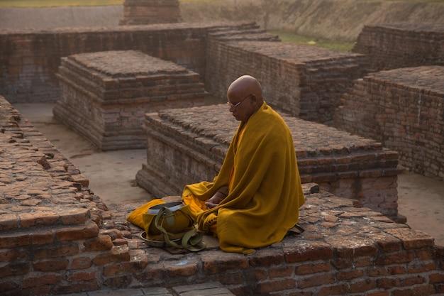 Menschen in bodhgaya und bodh gaya sind eine religiöse stätte des buddhismus