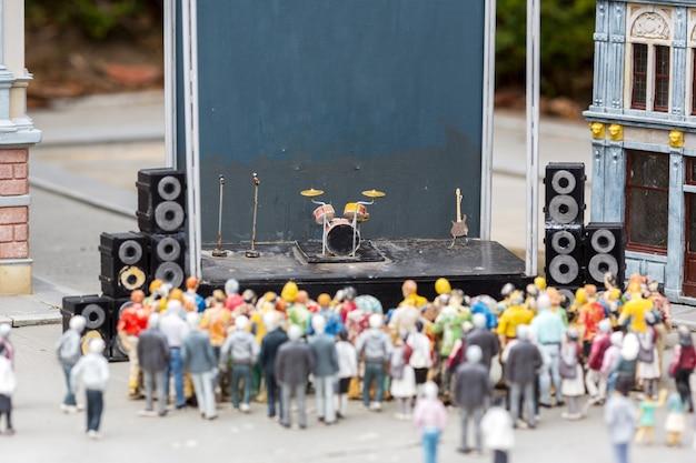 Menschen in der musikszene, konzert auf der stadtstraße, miniatur im freien, europa. mini figuren mit hoher entkalkung von objekten, realistisches diorama, spielzeugmodell Premium Fotos