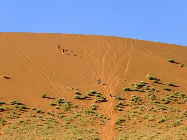 Menschen in dünen, namib wüste, sossusvlei, namibia