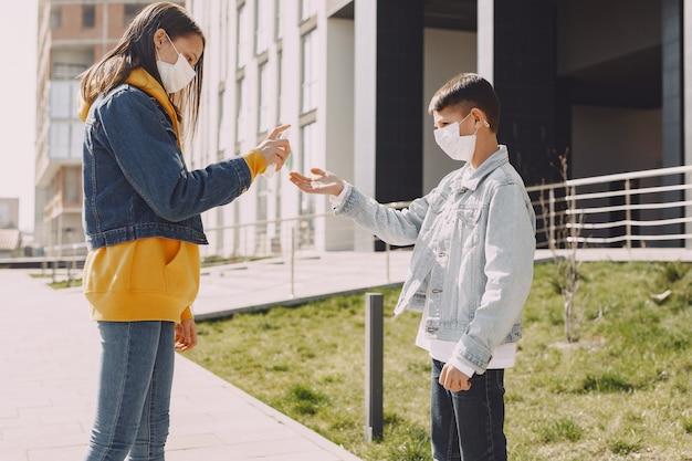 Menschen in einer maske stehen auf der straße