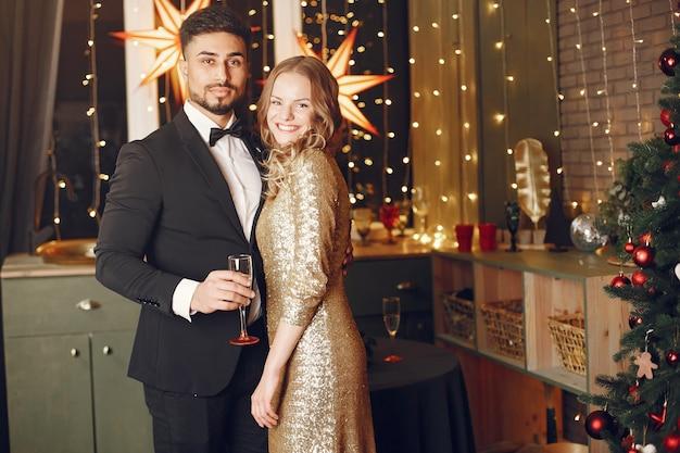 Menschen in einer weihnachtsdekoration. mann im schwarzen anzug.