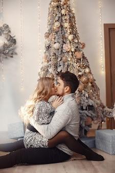 Menschen in einer weihnachtsdekoration. mann in einem grauen pullover.