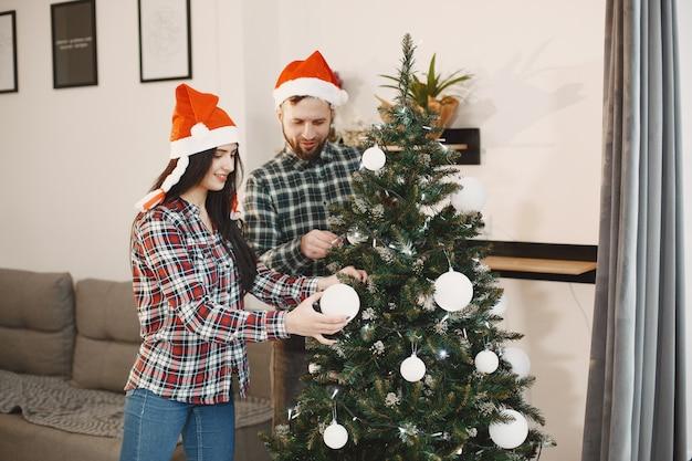Menschen in einer weihnachtsdekoration.