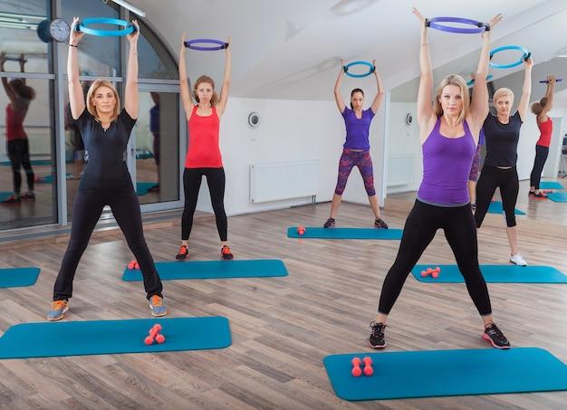 Menschen in fitness-klasse im fitnessstudio