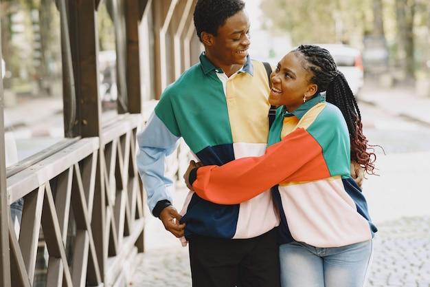 Menschen in identischer kleidung. afrikanisches paar in der herbststadt.