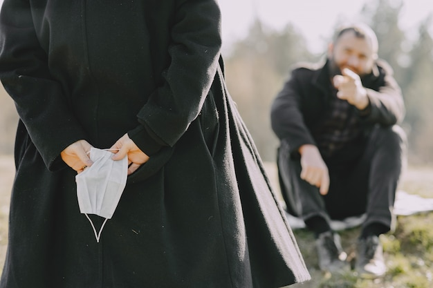 Menschen in masken sitzen in einem wald
