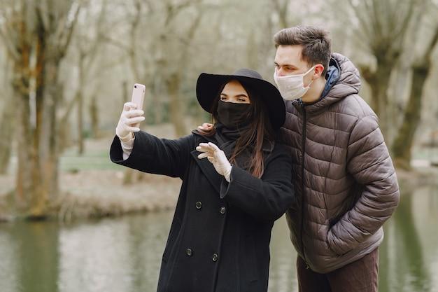 Menschen in masken stehen auf der straße