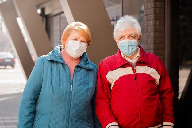 Menschen in schutzmasken