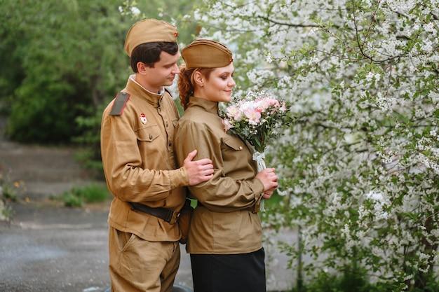 Menschen in sowjetischen militäruniformen