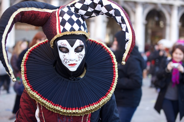 Menschen in tracht am karneval in venedig