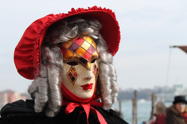Menschen in tracht für karneval in venedig
