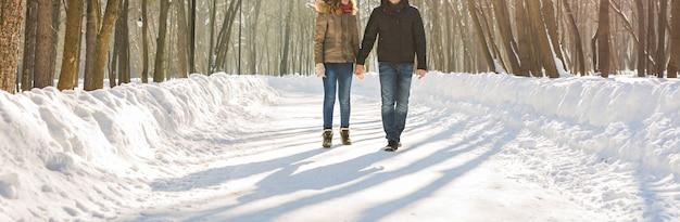 Menschen, jahreszeit, liebe und freizeitkonzept - glückliches paar draußen im winter.