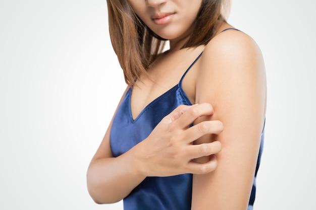 Menschen kratzen den juckreiz mit der hand, oberarm, juckreiz, gesundheitswesen und medizin.