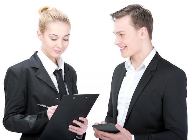 Menschen lächeln, unternehmer und unternehmerin tragen.
