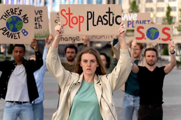 Menschen marschieren zusammen im protest gegen die globale erwärmung