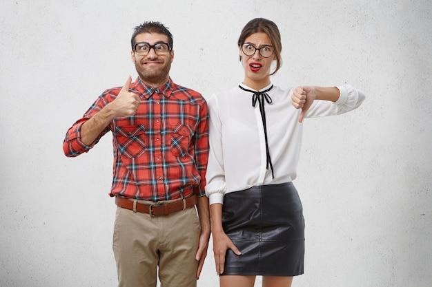 Menschen, mimik und körpersprache konzept. glücklicher geek-mann hebt daumen in der freude, mit entscheidung zufrieden zu sein