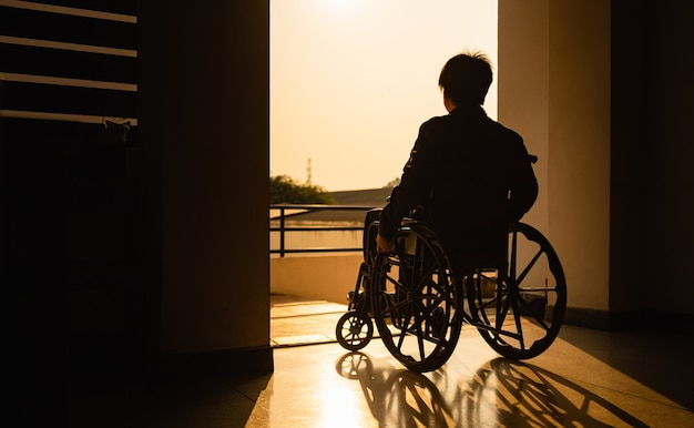 Menschen mit behinderungen im rollstuhl. bild für das konzept der hoffnung und rehabilitation.