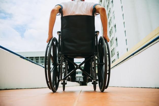 Menschen mit behinderungen können mit dem rollstuhl überall in der öffentlichkeit zugreifen