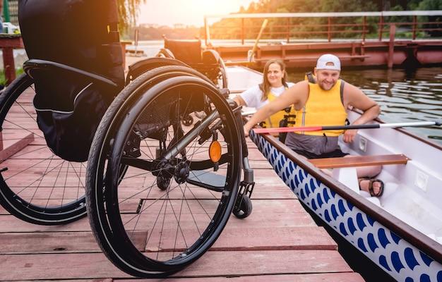 Menschen mit behinderungen segeln auf einem ruderboot.