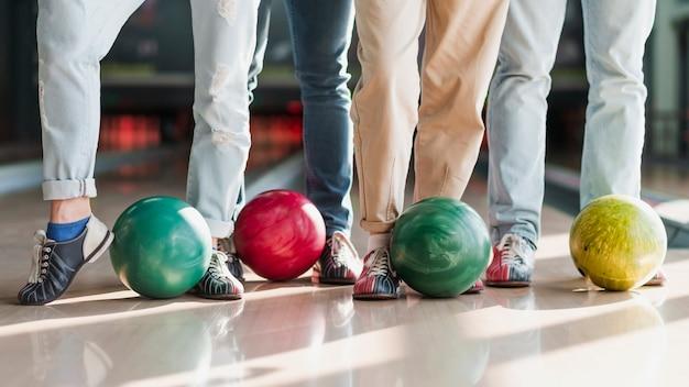 Menschen mit bunten bowlingkugeln