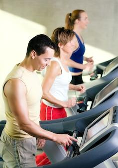 Menschen mit dem laufband in einem fitnessstudio