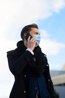 Menschen mit gesichtsmaske. konzept mit kopierraum. porträt des erwachsenen mannes in der quarantäne der grippe. foto auf der straße in der stadt