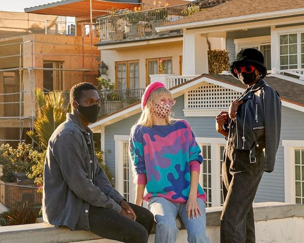 Menschen mit mittlerem schuss, die masken tragen