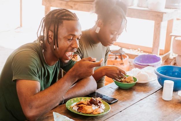 Menschen mit mittlerem schuss essen