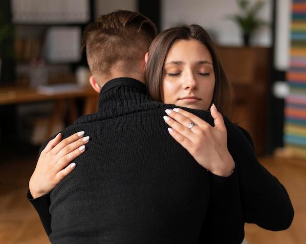 Menschen mit mittlerem schuss umarmen sich