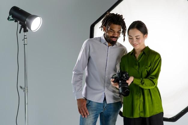 Menschen mit mittlerer aufnahme und kamera