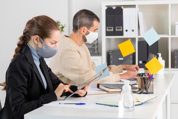 Menschen mit mittlerer einstellung arbeiten zusammen