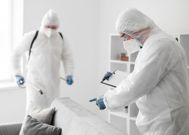 Menschen mit mittlerer einstellung, die ausrüstung tragen