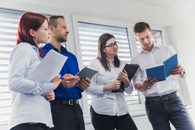 Menschen mit notebooks im büro