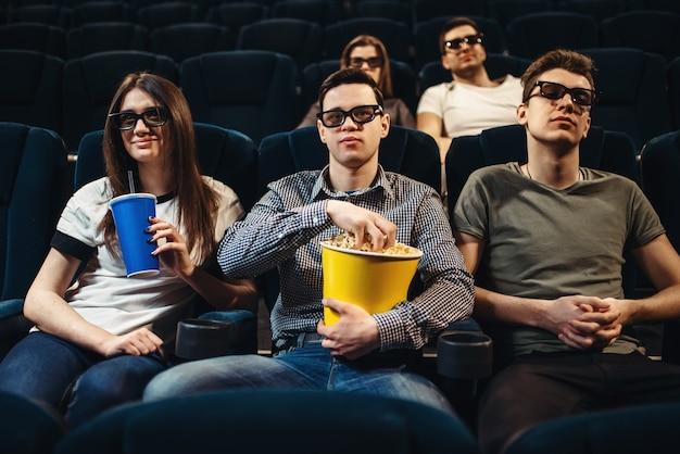 Menschen mit popcorn schauen sich filme im kino an