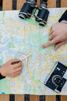 Menschen mit spielzeug flugzeug navigieren